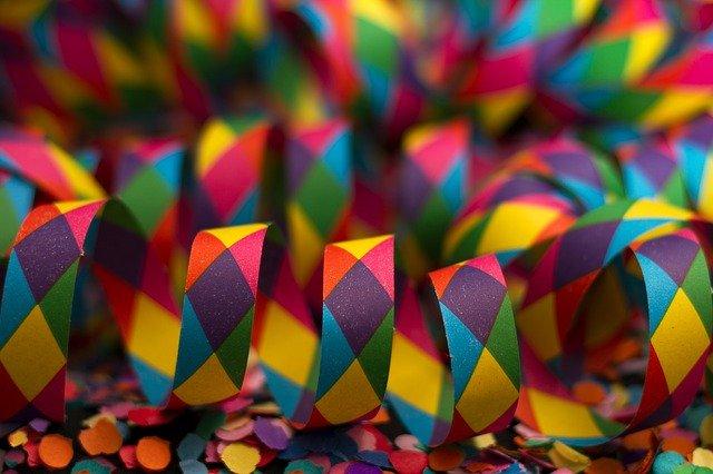 Dekoracje na bal karnawałowy – czym ozdobić salę, by zachwycić gości